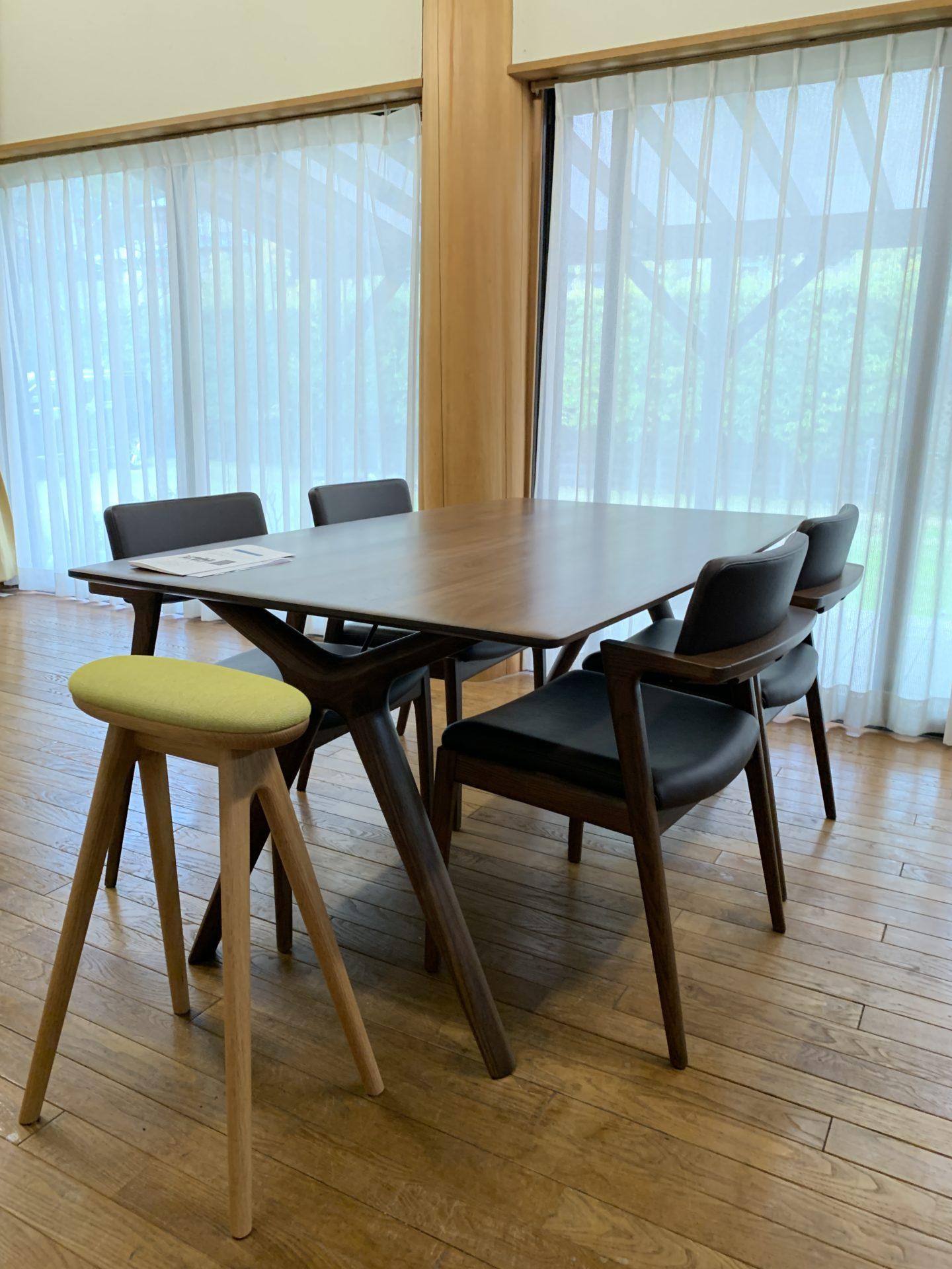 シャープなデザインのダイニングテーブル
