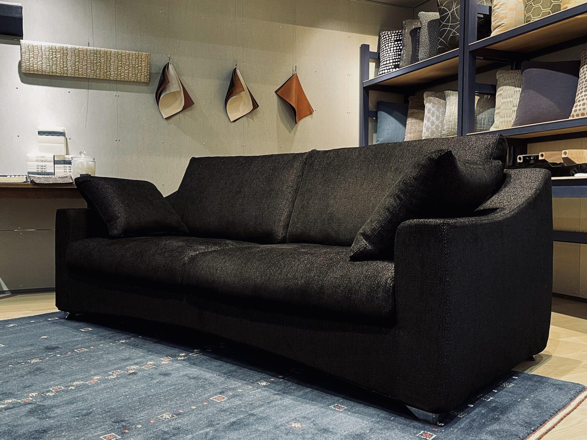 漆黒のソファ